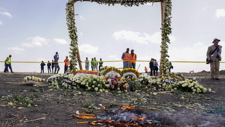 Blumen an der Absturzstelle der Boeing 737 Max von Ethiopian Airlines: Alle 157 Insassen sind bei dem Absturz am 10. März ums Leben gekommen