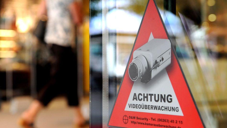 Warnung vor Videoüberwachung an einem Geschäft in Stuttgart