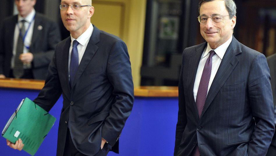 EZB-Banker Asmusssen (l) and EZB-Chef Mario Draghi: Bestätigendes Interview hat Devisenmarktfolgen