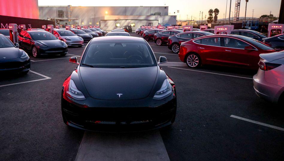 Kommt nicht in ausreichender Stückzahl vom Hoft: Teslas Model 3.