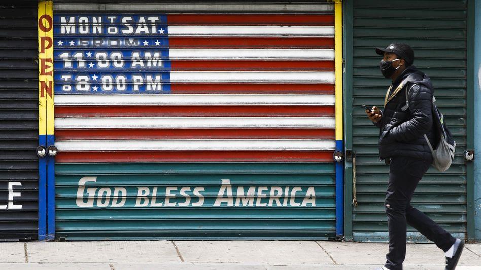 Die US-Wirtschaft steckt wegen der Corona-Pandemie in einer tiefen Rezession. Im ersten Quartal sank die Wirtschaftsleistung um 5 Prozent, im zweiten Quartal dürfte es noch schlimmer kommen. Die Zahl der Erstanträge auf Arbeitslosenhilfe stagniert, nachdem sie zwischenzeitlich deutlich abgenommen hatte.
