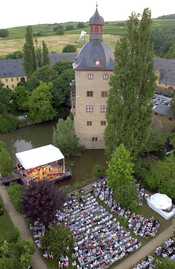Seebühne: Das Schloss Vollrad in Oestrich Winkel bildet die ehrwürdige Kulisse des Rheingau-Musik-Festivals