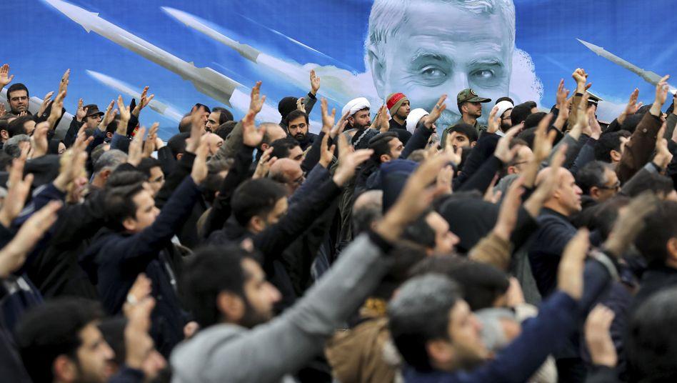Trauerzug für den getöteten iranischen General Qasem Soleimani. Der Dax fällt am Montag unter die Marke von 13.000 Punkten, Goldpreis und Ölpreis ziehen deutlich an