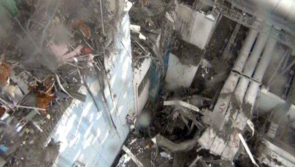Atomruine in Fukushima: Kunstharz soll verhindern, dass sich der radioaktive Staub verbreitet