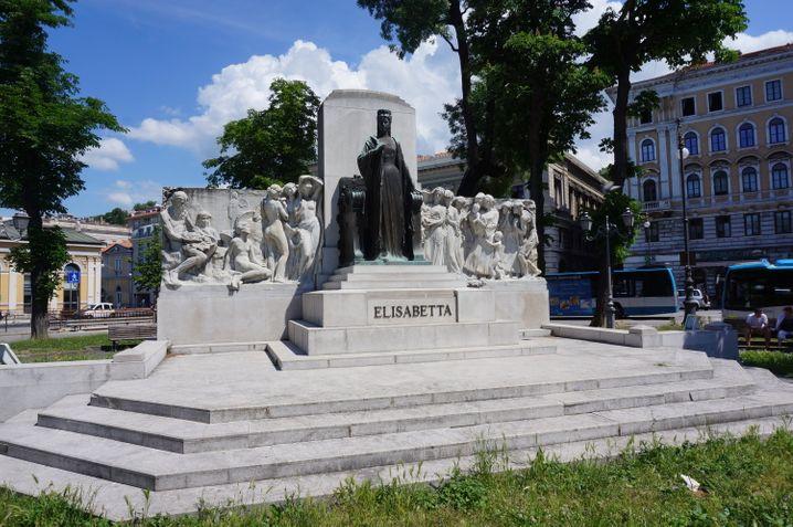 In Triest steht eine Statue der Kaiserin Sisi vor dem Bahnhof