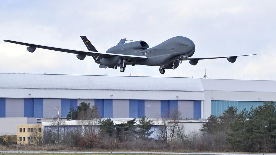 """Sinkflug: Die Testdrohne """"Eurohawk"""" wurde von der EADS-Tochter Cassidian gefertigt. Inzwischen ist Cassidian mit Astrium fusioniert, im Rüstungsgeschäft wird kräftig gekürzt"""