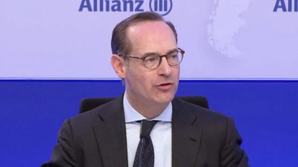 Allianz-Chef Oliver Bäte würde am liebsten zur halbjährlichen Berichterstattung übergehen. Quartalsberichte sind allerdings Pflicht. Man darf gespannt sein, wie die Verhandlungen ausgehen. Seine Mitgliedschaft im Dax würde der Konzern aber wohl nicht riskieren.