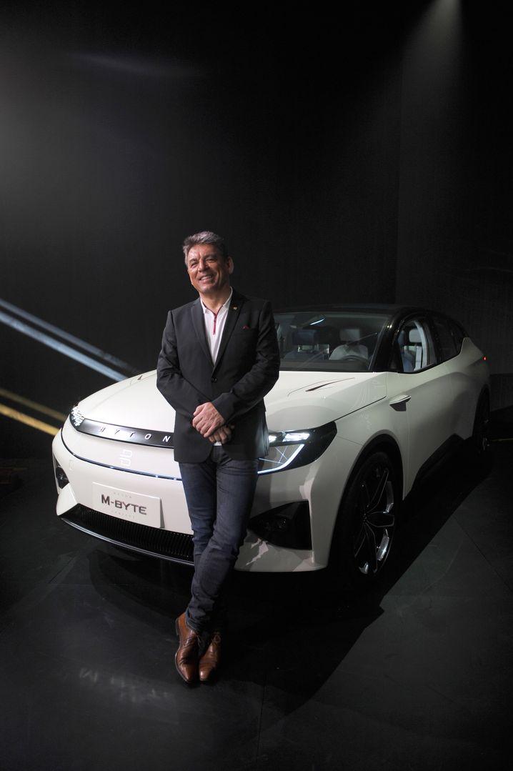 Carsten Breitfeld, der Vorstandsvorsitzende des Autobauers Byton, präsentiert auf der CES einen Prototypen des Elektro-SUV M-Byte.