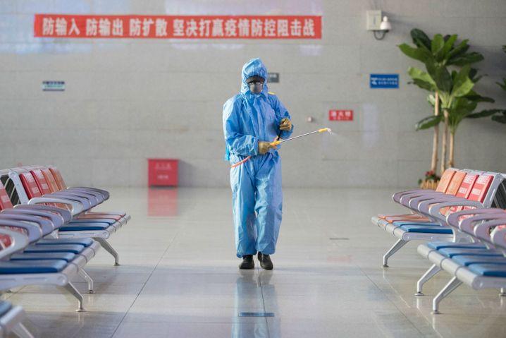 Hygienemaßnahme in China: Ein Mann desinfiziert die Wartehalle des Bahnhofs Suifenhe