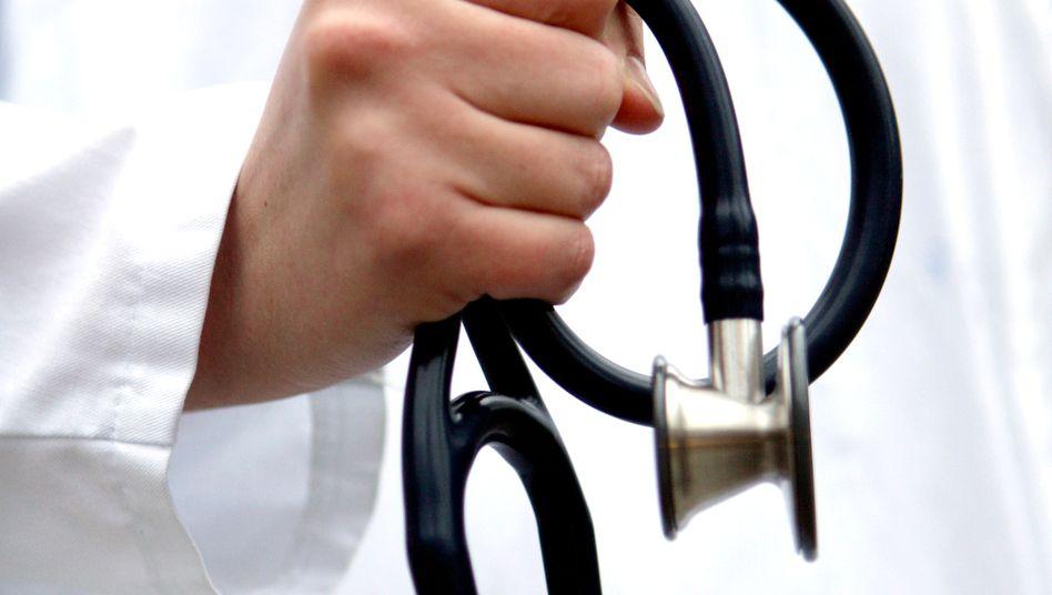 Arzt mit Stethoskop: Geht es nach dem Willen des Städte- und Gemeindebundes, sollen auch sie bald Gewerbesteuer zahlen