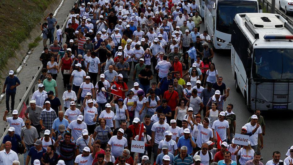 """""""Marsch der Gerechtigkeit"""": Im Juni marschierten tausende Demonstranten von Ankara nach Istanbul, um gegen die Verhaftung eines oppositionellen Politikers zu demonstrieren. Was sie nicht wussten: Staatspräsident Erdogan spähte viele Demonstranten und die CHP aus - ganz offensichtlich mit deutscher Software"""