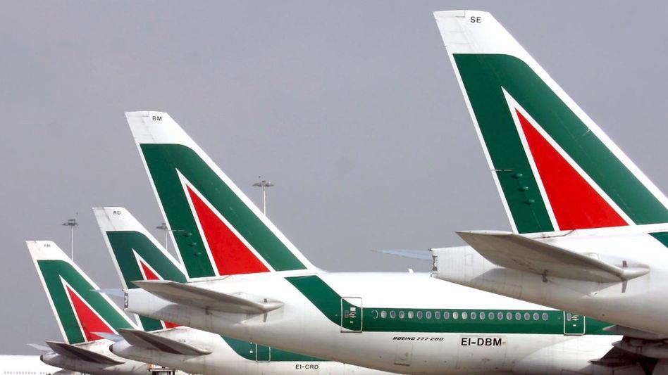 Flugzeuge der Alitalia: Die arabische Airline Etihad wird mit 49 Prozent bei der angeschlagenen italienischen Fluggesellschaft einsteigen
