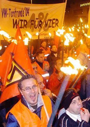 VW-Arbeiter demonstrieren in der Nacht in Hannover