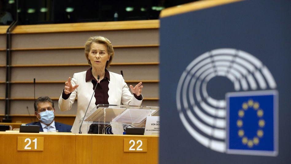 Verteidigungshaltung: Ursula von der Leyen wirbt vor dem EU-Parlament um das 1,8-Billionen-Euro-Paket.