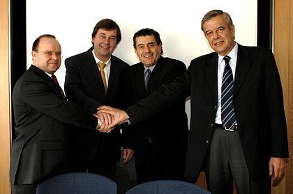 Eintracht offenbar nur vorübergehend: US-Investor Saban mit Verhandlungspartnern Michael Jaffé, Hans-Joachim Ziems und Wolfgang von Betteray