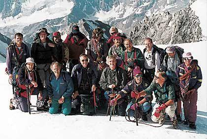 """Treffpunkt Similauner: Jeden Sommer steigen sie auf die Berge - die Similauner, eine Seilschaft von Topmanagern. Bergführer ist Reinhold Messner (hinten, 5. von l.), geistiger Anführer Herbert Henzler (hinten, 3. v. r.). Er gibt für die Hüttenabende jedes Mal ein Thema vor. Diesmal: """"Restructuring Trust in Top Management"""". Mit dabei: Reitzle (hinten, 2. v. l.), Schrempp (4. v. l.) und Burda (4. v. r.)."""