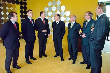 Währungsstabilitätskommando: Bundesbank-Vorstand mit Hans Reckers (2. v.r.). In der Mitte Finanzminister Hans Eichel