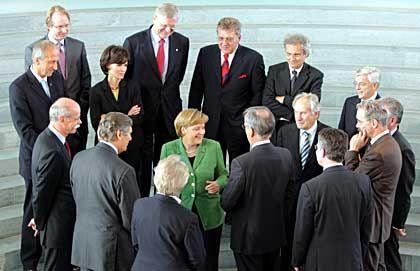 Kreis der Mächtigen: Bundeskanzlerin Angela Merkelunteranderemmit Siemens-Aufsichtsratschef Heinrich von Pierer und ThyssenKrupp-CEO Ekkehard Schulz