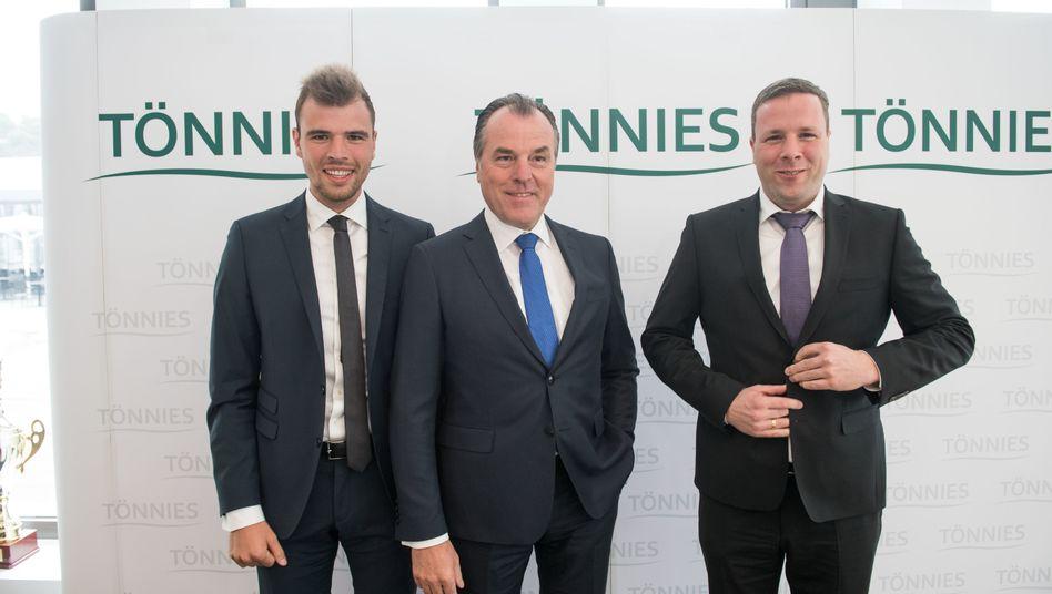 Seit Jahren im Dauerclinch: Robert Tönnies (r.) mit seinem Onkel Clemens und dessen Sohn Maximilian (l.) nach einem vermeintlichen Friedensschluss 2017