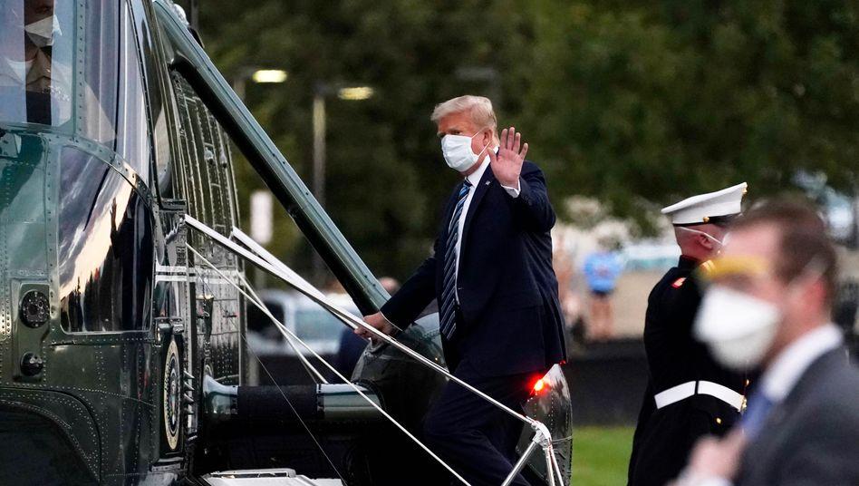 Trump besteigt einen Hubschrauber