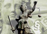 Streitbare Justitia: Bankberater müssen ihre Kunden auch auf mögliche Änderungen der Rechtslage hinweisen