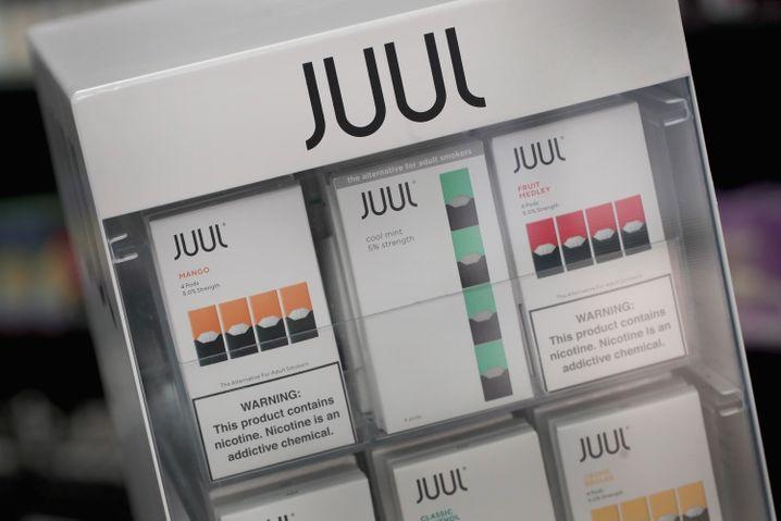 Juul-Pods und -E-Zigaretten in einem Verkaufsständer