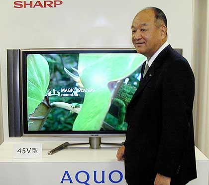 "Sharp-Chef Katsuhiko Machida präsentiert ""Aquos""-Fernseher: TV- trifft PC-Technik"