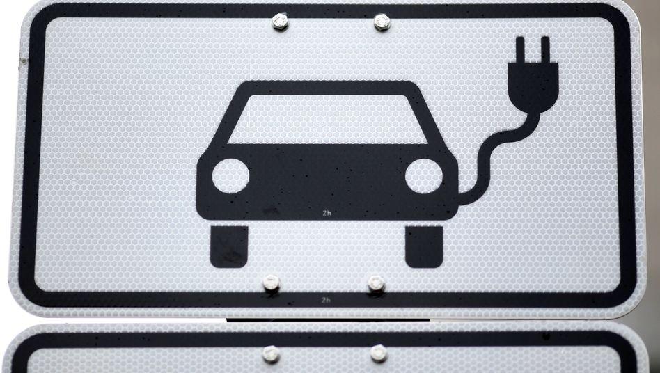 Hinweisschild für einen Parkplatz für Elektroautos in Leipzig
