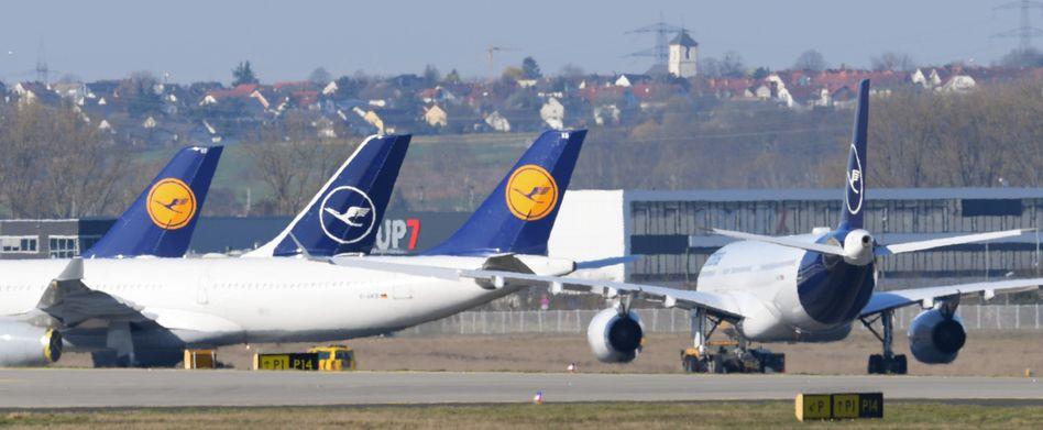 Lufthansa: Von rund 760 Flugzeugen stehen etwa 700 am Boden, 3000 Flüge pro Tag sind gestrichen, mehr als 80.000 der insgesamt 130 000 Mitarbeiter sind in Kurzarbeit, statt 350 000 Passagieren täglich fliegen nun nur etwa 3000 mit der Lufthansa und ihren Konzerntöchtern