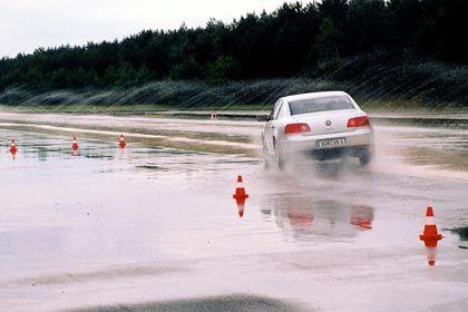 Ein Achtzylinder wird nass gemacht: Nicht nur bei diesem Manöver haben ABS und ESP mit dem Phaeton alle Räder voll zu tun