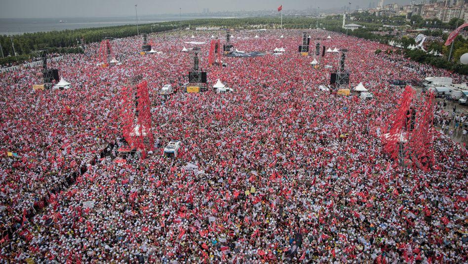 Hunderttausende Unterstützer der größten türkischen Oppositionspartei CHP demonstrierten einen Tag vor der Wahl für eine Ablösung von Präsident Erdogan