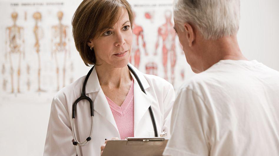 Arztbesuche: Beamte sind privat versichert. Ein Arzt kann ihre Behandlung teurer abrechnen - doch das Beamten-Privileg kommt die übrigen Beitragszahler teuer
