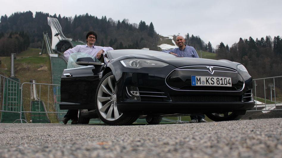 Start vor der Olympiaschanze in Garmisch-Partenkirchen: Wir testen Teslas Model S in den kommenden Tagen auf Batterie und Nieren