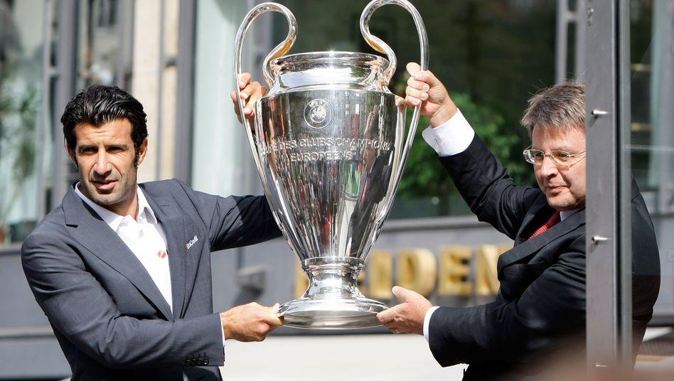 Kann was bewegen: Theodor Weimer, hier in seiner Eigenschaft als Vertreter des Champions-League-Sponsors Unicredit mit Fußballgröße Luis Figo.