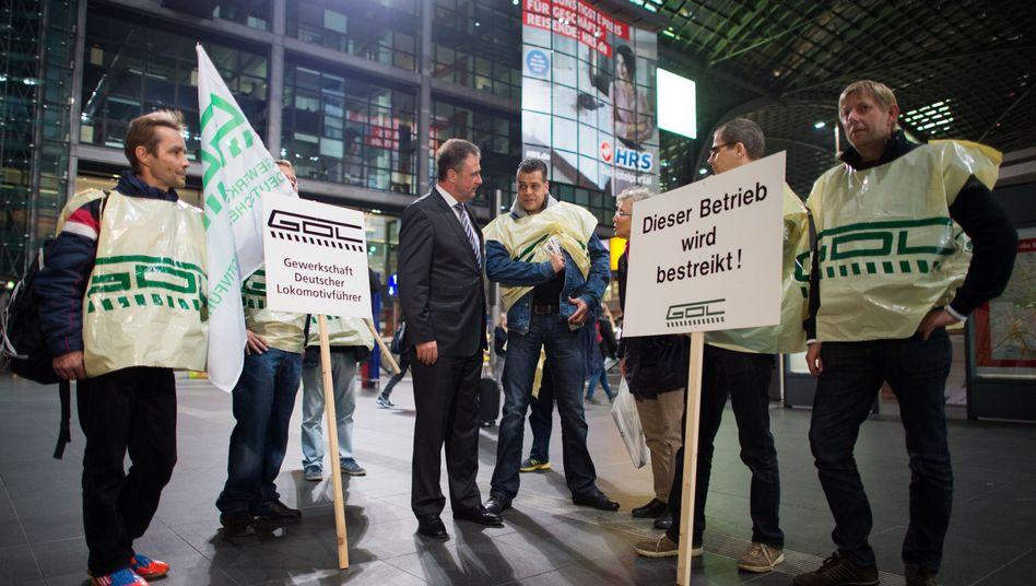 Streikende Lokführer mit Gewerkschaftsboss Claus Weselsky (M.): Verfassungsrechtler bezweifeln, dass das Gesetz Bestand haben wird