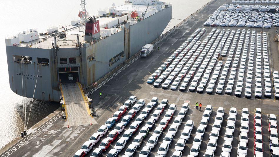 Vor der Verschiffung in die USA: Volkswagen-Autos im Hafen von Emden