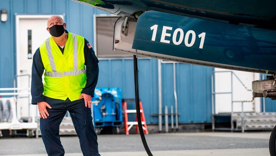 FAA-Chef Steve Dickson inspiziert die Boeing 737 Max, bevor er in Seattle den Pilotensitz besteigt