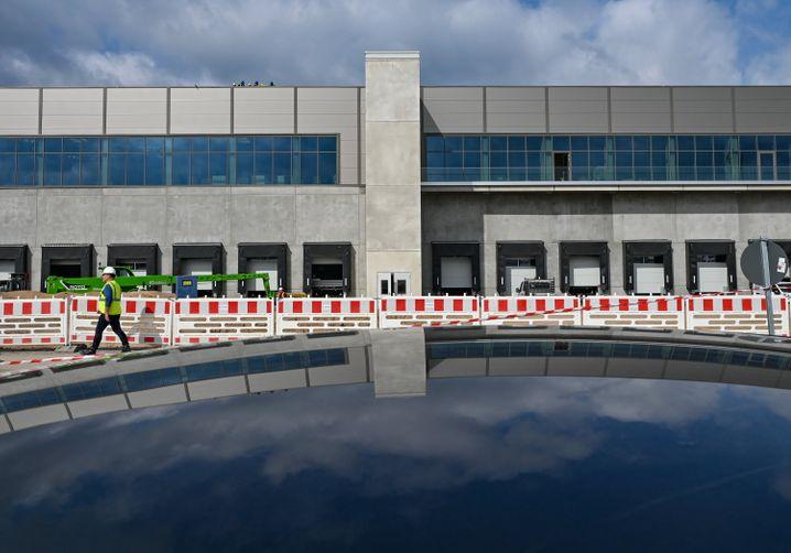 """""""Gigafactory Berlin-Brandenburg"""": Eine Fabrikhalle von Tesla in Grünheide Anfang September"""