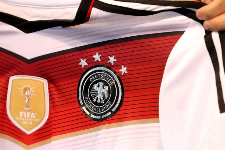 Vier Sterne für Deutschland: Der Fußball macht es möglich. Doch Unternehmen wie der Sportausrüster Adidas oder der Baukonzern Bilfinger haben zuletzt herbe enttäuscht - die Papiere sind eingebrochen