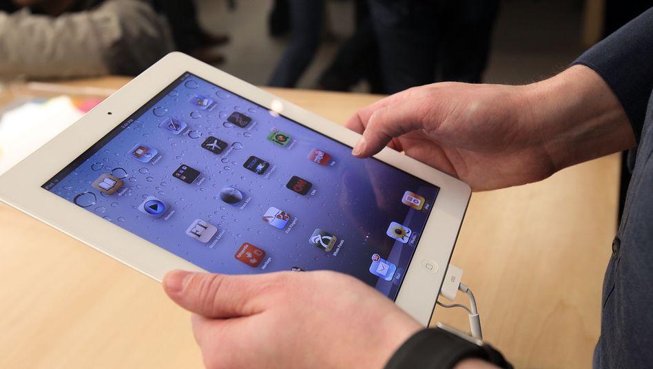Apples iPad: Mit dem Tabletcomputer lässt sich vergleichsweise gemütlich auf der Couch ein Buch lesen