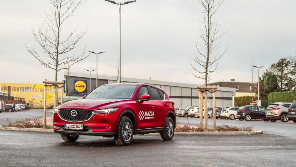 Es hat nicht geholfen: Die Supermarktkette Lidl räumte für die Carsharing-Autos von Mazda eigens einen Teil seiner kostbaren Parkplätze.