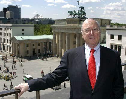 Tschüss: William Timken, US-Botschafter in Deutschland, verlässt seinen Arbeitsort vorzeitig. Vermutlich wird es kaum jemand merken. Denn in seiner gut dreijährigen Amtszeit hatte der Kugellagerfabrikant aus Ohio sich einer breiteren Öffentlichkeit hierzulande nicht verständig machen können: Er spricht kein Deutsch.