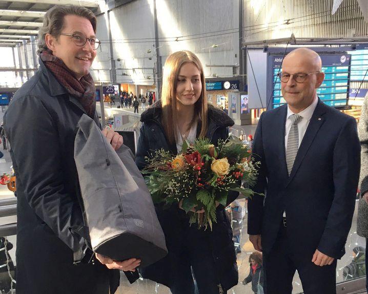 Bundesverkehrsminister Andreas Scheuer (links) begrüßte am Montag Bauingenieurin Christina Hoiß, die 23.000 neue Mitarbeiterin der Deutschen Bahn in diesem Jahr, zusammen mit DB-Personalvorstand Martin Seiler (rechts)