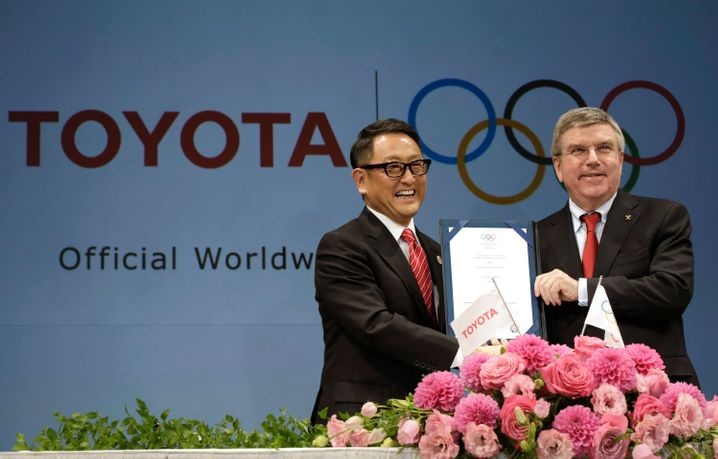 Klatsche vom Topsponsor: Toyota-Chef Akio Toyoda mit IOC-Präsident Thomas Bach im Jahr 2015, als die Spiele noch unproblematisch erschienen
