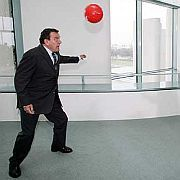 Raum für Fußball: Schröder 2005 beim Kicken im Kanzleramt
