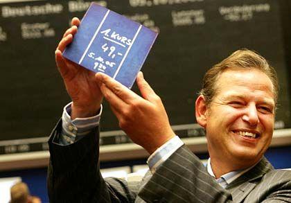 Geschafft! Anton Milner, Vorstandschef des Solarzellenherstellers Q-Cells hält am Mittwoch im Frankfurter Börsensaal eine Tafel mit dem ersten Kurs von 49 Euro der Q-Cells-Aktie hoch