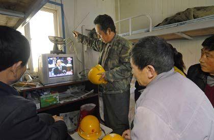 Der Willkür ausgeliefert: Wanderarbeiter in Peking lauschen der Eröffnung des Nationalen Volkskongresses Anfang dieser Woche