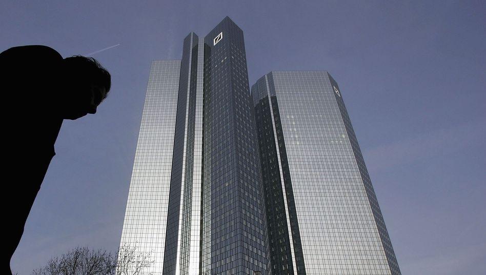 Deutsche Bank: Das Institut soll zwei Händler, die sich womöglich an den Zinsmanipulationen beteiligten, bereits beurlaubt haben
