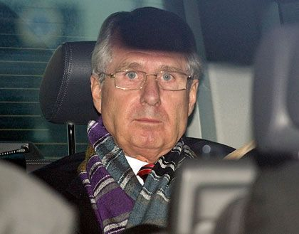 Nach der Verurteilung: Zumwinkel verlässt das Gerichtsgebäude in Bochum im Auto