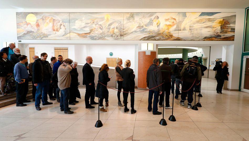 Bundesbank Frankfurt: Überall in Deutschland standen die Menschen am Donnerstag für die neue Fünf-Euro-Münze an - jeder bekam nur einen der neuen Fünfer ausgehändigt